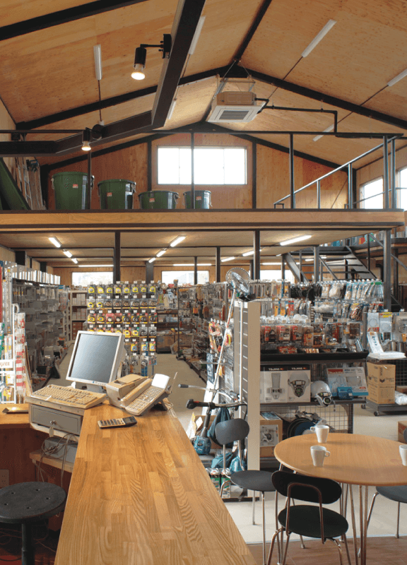 井戸端スペースが一体となった店内